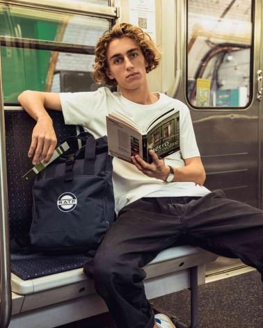 Livre Métro insolite de Clive Lamming- RATP la ligne - photo en situation ouvert dans les mains d'un mannequin