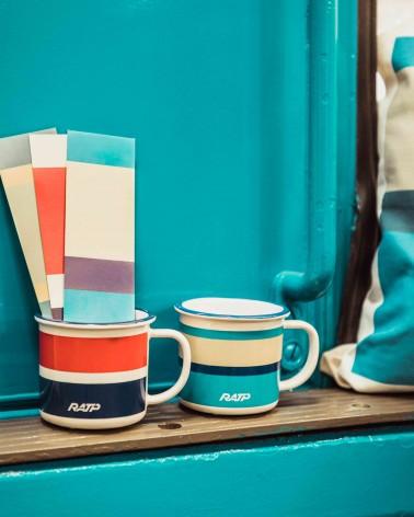 Mini mug livrée historique métro RATP bleu roi - RATP la ligne - 150 ml - céramique - photo ambiance posé sur le métro