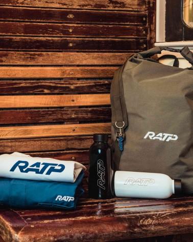 Porte-clé logo vintage RATP 1976 bleu - RATP la ligne - zamak - posé sur un banc - présentation gamme