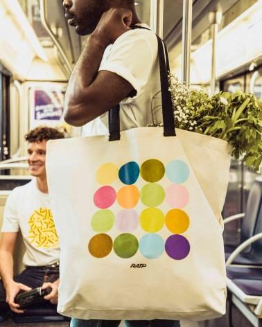 Sac shopping XXL couleurs des lignes de métro en coton - RATP la ligne - porté par un mannequin