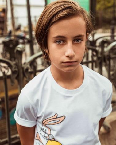 T-shirt enfant blanc imprimé Serge le lapin - RATP la ligne - 100% coton jersey - portée par un mannequin