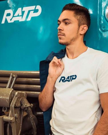 T-shirt unisexe blanc et bleu logo RATP 1976 - RATP la ligne - 100% coton jersey - photo en situation - zoom mannequin debout