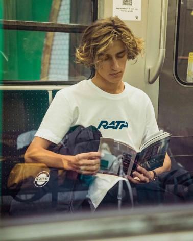 T-shirt unisexe blanc et bleu logo RATP 1976 - RATP la ligne - 100% coton jersey - photo en situation - zoom mannequin assis